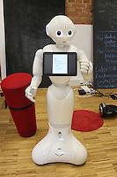 Roboter Pepper im Future Innovation Lab, der schon im Film-Blockbuster Star Wars VII eine Rolle spielte