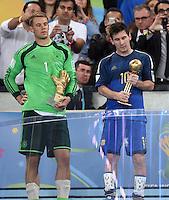 FUSSBALL WM 2014                       FINALE   Deutschland - Argentinien     13.07.2014 DEUTSCHLAND FEIERT DEN WM TITEL: Zwei Spieler, zwei Auszeichnungen, zweimal wenig Freude; Torwart Manuel Neuer (li) und Lionel Messi (re, Argentinien)