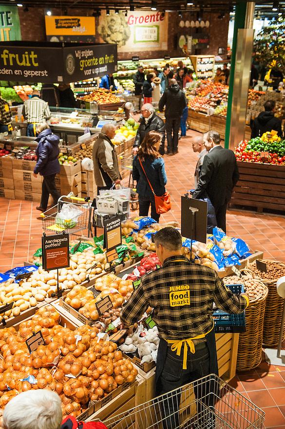Nederland, Breda, 27 maart 2013.Opening Jumbo Supermarkt..Jumbo heeft vandaag in Breda de deuren geopend van een nieuw supermarktconcept in Nederland: Jumbo Foodmarkt. Met 6.000 vierkante meter vloeroppervlakte - gemiddeld zes keer groter dan de gemiddelde supermarkt - wordt boodschappen doen hier een belevenis. .Foto(c): Michiel Wijnbergh