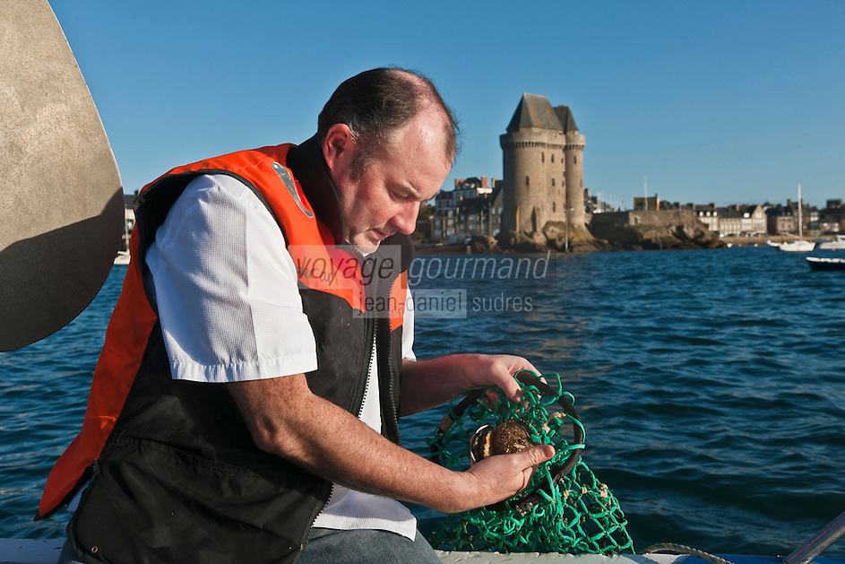 Europe/France/Bretagne/35/Ille et Vilaine/Saint-Malo: Luc Mobihan chef du  restaurant: Le Saint-Placide  avec son pêcheur de Saint-Jacques et ormeaux de plongée: Olivier  Jehanno [Non destiné à un usage publicitaire - Not intended for an advertising use]