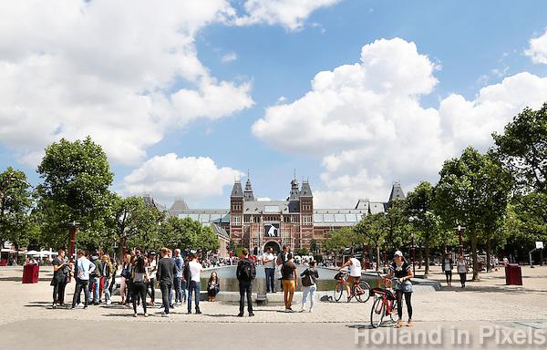 Nederland Amsterdam 2016 . Toeristen op het Museumplein.  Foto Berlinda van Dam / Hollande Hoogte