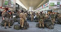 Roma 4 Dicembre 2007.Stazione Termini.Donne soldato            .Rome December 4, 2007.Termini Station.Female soldiers