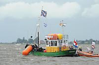 SKÛTSJESILEN: WOUDSEND: De Hegemer Mar, 28-07-2015, Afgelast wegens te veel wind (6 bft), start en finischschip 'De Zevenwolden' haalt de laatste boei binnen, ©foto Martin de Jong