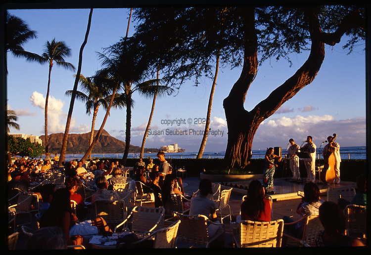 Immortalized in a 1925 Charlie Chan novel, House Without A Key is Halekulani's popular indoor/outdoor gathering spot for informal breakfast, lunch, cocktails, appetizers and entertainment. One of the favored traditions of the original Halekulani - cocktails and Hawaiian music under the century-old Kiawe tree - has been faithfully preserved here.