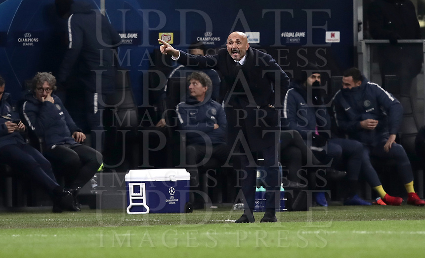 Football: UEFA Champions League -Group Stage - Group B - FC Internazionale Milano vs PSV Eindhoven, Giuseppe Meazza  (San Siro) Stadium, Milan Italy, December 11, 2018.<br /> Inter Milan's coach Luciano Spalletti speaks to his players during the Uefa Champions League football match between Inter Milan and PSV Eindhoven at Giuseppe Meazza  (San Siro) Stadium in Milan on December 11, 2018. <br /> UPDATE IMAGES PRESS/Isabella Bonotto