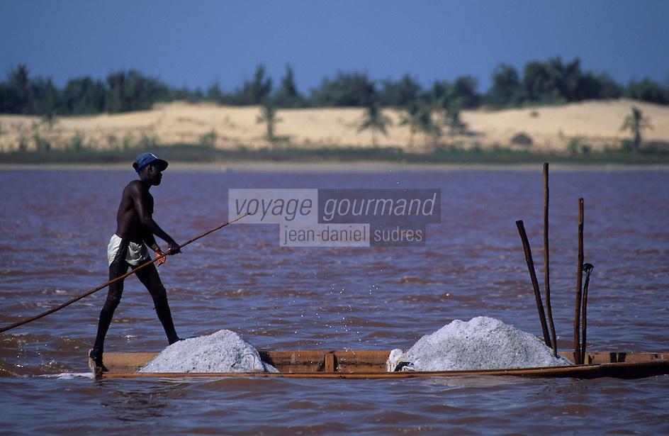 Afrique/Afrique de l'Ouest/Sénégal/Dakar : Lac Rose de Retba - Récolte du sel