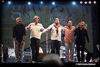 Peppe D'Argenzio e la sua band durante il concerto.