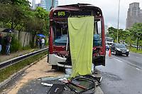 SAO PAULO, SP, 15.02.2014 - ACIDENTE TRANSITO  / ONIBUS X ONIBUS - Acidente envolvendo dois ônibus que colidiram por volta das 11h da manhã deste sábado (15) na pista local da Marginal Pinheiros, no sentido Castello Branco, em São Paulo. O acidente ocorreu próximo ao acesso à Avenida dos Bandeirantes. Segundo a Companhia de Engenharia de Tráfego (CET), vinte pessoas ficaram feridas e foram socorridas pelas equipes dos bombeiros e do Serviço de Atendimento Móvel de Urgência (Samu). (Foto: Levi Bianco / Brazil Photo Press).