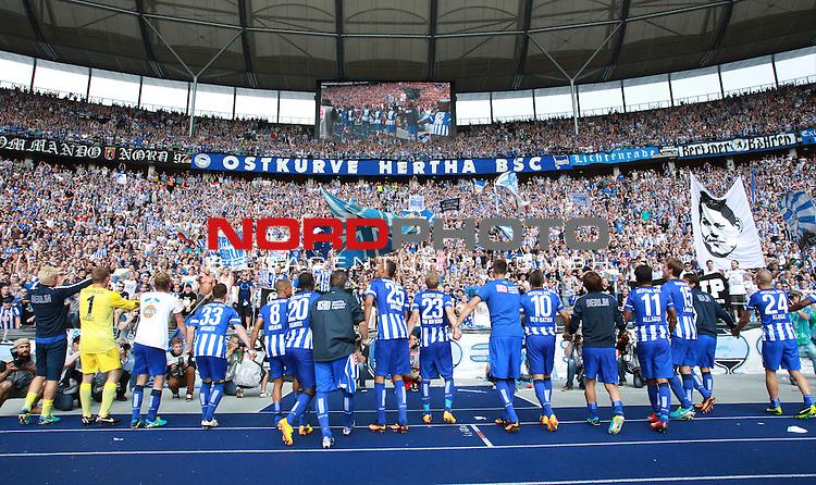 10.08.2013, OLympiastadion, Berlin, GER, 1.FBL, Hertha BSC vs Eintracht Frankfurt, im Bild Herthaspieler jubeln vor der Hertha-Fankurve<br /> <br />               <br /> Foto &copy; nph /  Schulz