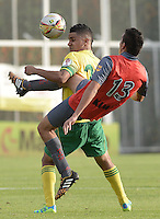 BOGOTÁ -COLOMBIA, 14-01-2015. Daniel Cataño (Izq) jugador del Atlético Bucaramanga disputa el balón con Johan Mendoza (Der) jugador de Deportes Quindio durante partido por la fecha 1 de los cuadrangulares de ascenso Liga Águila 2015 jugado en el estadio Metropolitano de Techo de la ciudad de Bogotá./ Daniel Cataño (L) player of Atletico Bucaramanga vies for the ball with Johan Mendoza (R) player of Deportes Quindio during the match for the first date of the promotion quadrangular of the Aguila League 2015 played  at Metropolitanos de Techo stadium in Bogota city. Photo: VizzorImage/ Gabriel Aponte / Staff