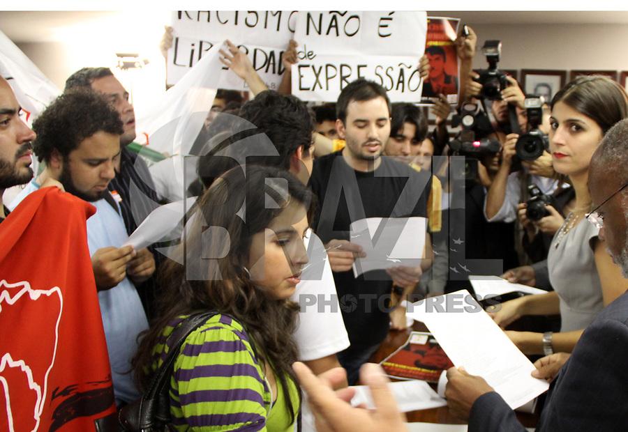BRASILIA, DF, 06 DE ABRIL 2011 - MOVIMENTO FORA BOLSONARO - Na Câmara dos Deputados em Brasília estudantes, representantes de Minorias, Feministas, representantes de Religiões Afro e outros manifestantes entregam pedido a Comissão de Direitos Humanos em favor da saída do Deputado Jair Bolsonaro, sob acusação de racismo, nesta quarta-feira (06). (FOTO: FELIPE RODRIGUES / NEWS FREE)