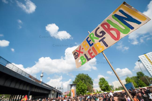 Etwa 6.000 Menschen protestierten am Samstag den 26. April 2014 gegen einen von der Neonazipartei NPD geplanten Aufmarsch durch Kreuzberg. Sie verhinderten mit verschiedenen Blockaden rund um den Auftaktort des NPD-Aufmarsches, dass die ca 70 Neonazis weiter als 150m laufen konnten.<br /> So war nach 3 Minuten Marsch f&uuml;r die NPD Schluss und die Neonazis mussten zum Startpunkt am S-Bahnhof Jannowitzbruecke umdrehen. Auch wenn ueber den NPD-Lautsprecherwagen mehrfach behauptet wurde, die Demonstration sei in Kreuzberg, ist doch richtig, dass die Neonazis sich nur in Berlin-Mitte befanden.<br /> 26.4.2014, Berlin<br /> Copyright: Christian-Ditsch.de<br /> [Inhaltsveraendernde Manipulation des Fotos nur nach ausdruecklicher Genehmigung des Fotografen. Vereinbarungen ueber Abtretung von Persoenlichkeitsrechten/Model Release der abgebildeten Person/Personen liegen nicht vor. NO MODEL RELEASE! Don't publish without copyright Christian-Ditsch.de, Veroeffentlichung nur mit Fotografennennung, sowie gegen Honorar, MwSt. und Beleg. Konto:, I N G - D i B a, IBAN DE58500105175400192269, BIC INGDDEFFXXX, Kontakt: post@christian-ditsch.de<br /> Urhebervermerk wird gemaess Paragraph 13 UHG verlangt.]