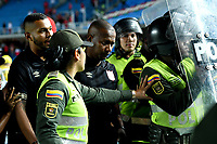 CALI-COLOMBIA, 01-06-2019: Jeisson González, técnico de América de Cali, es escoltado por la Policía Nacional al final de  partido entre América de Cali y Deportivo Pasto, de la fecha 5 de los cuadrangulares semifinales por la Liga Águila I 2019 jugado en el estadio Pascual Guerrero de la ciudad de Cali. / Jeisson Gonzalez, coach of América de Cali, is escorted by the National Police at the end of the match between America de Cali and Deportivo Pasto, of the 5th date of the semifinals quarters for the Aguila Leguaje I 2019 at the Pascual Guerrero stadium in Cali city. Photo: VizzorImage / Nelson Ríos / Cont.