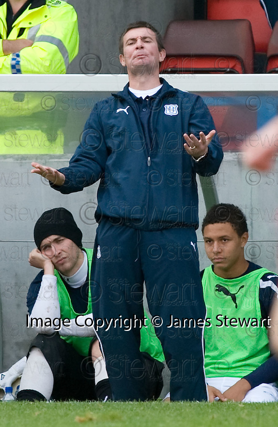 16/10/2010   Copyright  Pic : James Stewart.sct_jsp031_stirling_v_dundee  .::  DUNDEE CARETAKER BOSS BARRY SMITH  ::  .James Stewart Photography 19 Carronlea Drive, Falkirk. FK2 8DN      Vat Reg No. 607 6932 25.Telephone      : +44 (0)1324 570291 .Mobile              : +44 (0)7721 416997.E-mail  :  jim@jspa.co.uk.If you require further information then contact Jim Stewart on any of the numbers above.........