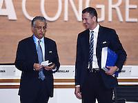 Fussball International Ausserordentlicher FIFA Kongress 2016 im Hallenstadion in Zuerich 26.02.2016 FIFA Vizepraesident  und AFC Presedent Scheich Salman Bin Ibrahim al Khalifa (li, Bahrain) mit FIFA Interims-Generalsekretaer Markus Kattner (re, Deutschland)