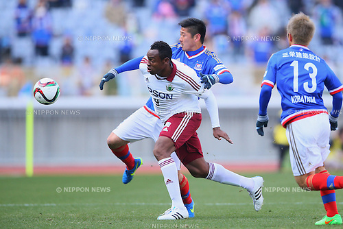 (L-R) Obina (Yamaga), Yuzo Kurihara (F Marinos), <br /> FEBRUARY 21, 2015 - Football / Soccer :<br /> 2015 J.League Pre-season match between <br /> Yokohama F Marinos 0-1 Matsumoto Yamaga FC <br /> at Nissan Stadium in Kanagawa, Japan. <br /> (Photo by Yohei Osada/AFLO SPORT) [1156]