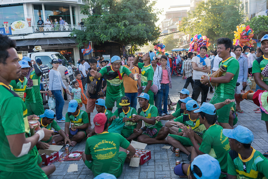 November 15, 2016 - Phnom Penh (Cambodia). Members of a racing team celebrate with dances and beers the end of the competitions. © Thomas Cristofoletti / Ruom