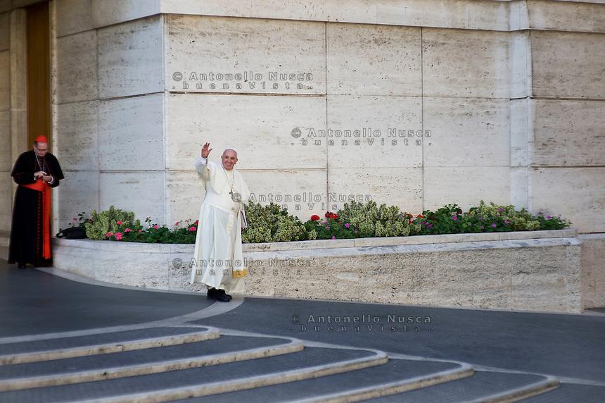 Papa Francesco esce dall'Aula Paolo Sesto al termine dei lavori del Sinodo