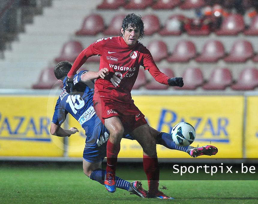 KV Kortrijk - RAEC Mons Bergen : duel tussen Pablo Chavarria en de vallende Daan Van Gijseghem.foto VDB / BART VANDENBROUCKE