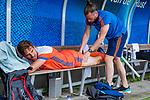 Den Bosch  - Bjorn Kellerman (Ned)  wordt behandeld door fysio Jeremy Bertels ,  voor   de Pro League hockeywedstrijd heren, Nederland-Belgie (4-3).    COPYRIGHT KOEN SUYK