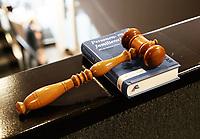 Nederland - Lelystad - 2017.  Open dag bij de Rechtbank in Lelystad. Tijdens de open dag kan men onder andere een nagespeelde zitting bijwonen of een rondleiding door het gebouw volgen. De hamer van de rechter. De hamer wordt tegenwoordig niet meer gebruikt in de rechtszaal.    Foto Berlinda van Dam / Hollandse Hoogte