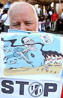 Pacifisti americani alla manifestazione promossa da Emergency in piazza Navona, Roma,  2 aprile 2011, contro la guerra in Libia..U.S. pacifists take part in a demonstration promoted by Emergency in Rome, 2 april 2011, against war in Libya..UPDATE IMAGES PRESS/Riccardo De Luca