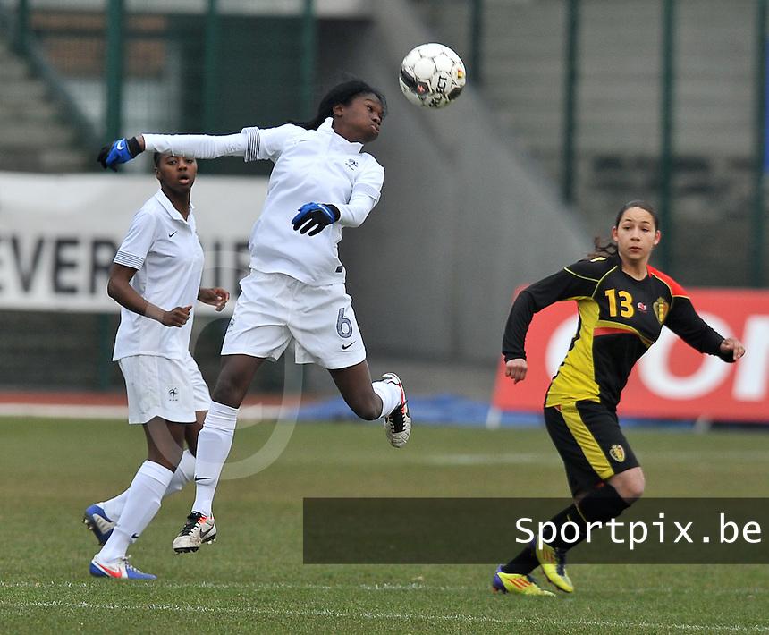France U19 - Belgium U19 : Aminata Diallo with the heading before Lola Wajnblum (right).foto DAVID CATRY / Nikonpro.be