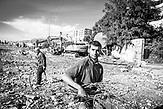 Ein Roma sucht nach Altmetall zwischen denSchienen des aufgelösten Bahnhofs von Tirana.