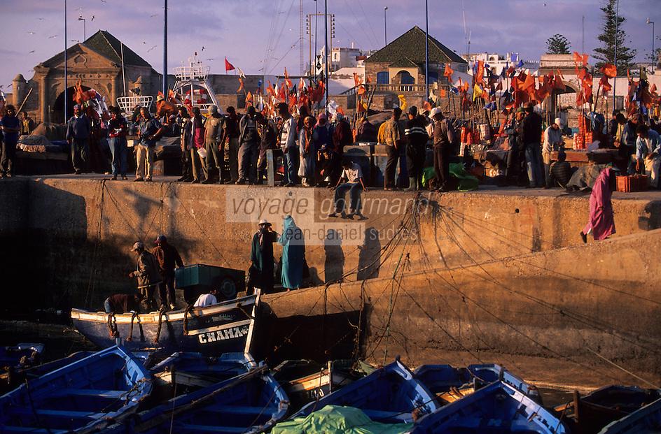 Afrique/Afrique du Nord/Maghreb/Maroc/Essaouira : Le port de pêche - Retour des pêcheurs et en fond la Porte de la Marine