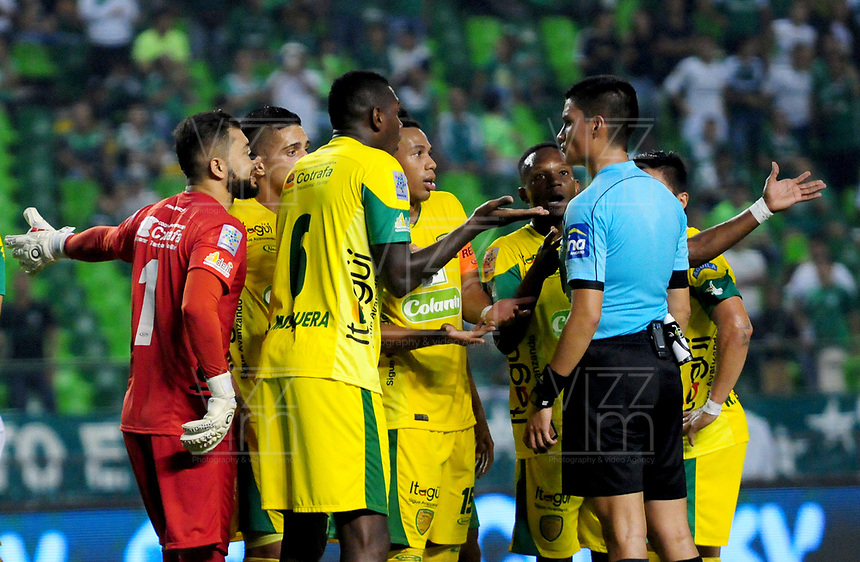 PALMIRA - COLOMBIA - 23 - 03 - 2018: Los jugadores de Leones F. C., discuten con David Rodriguez (Der,) arbitro, durante partido entre Deportivo Cali y Leones F. C., de la fecha 10 por la liga Aguila I 2018, jugado en el estadio Deportivo Cali (Palmaseca) en la ciudad de Palmira. /  The players of Leones F. C., discuss with David Rodriguez ® referee, during a match between Deportivo Cali and Leones F. C., of the 10th date for the Liga Aguila I 2018, at the Deportivo Cali (Palmaseca) stadium in Palmira city. Photo: VizzorImage  / Nelson Rios / Cont.