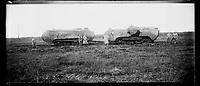 ue panoramique d'un tank français modèle Saint-Chamond remorquant un char hors d'usage du même modèle à Nanteuil-la-Fosse (Aisne). 9 novembre 1917. Guerre 1914-1918. X. de Massia et Raoul Berthelé sont présents (devant le tank de gauche).