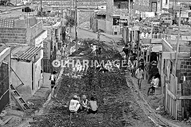 Pavimentação de rua na favela Heliópolis. São Paulo. 1992. Foto de Juca Martins.