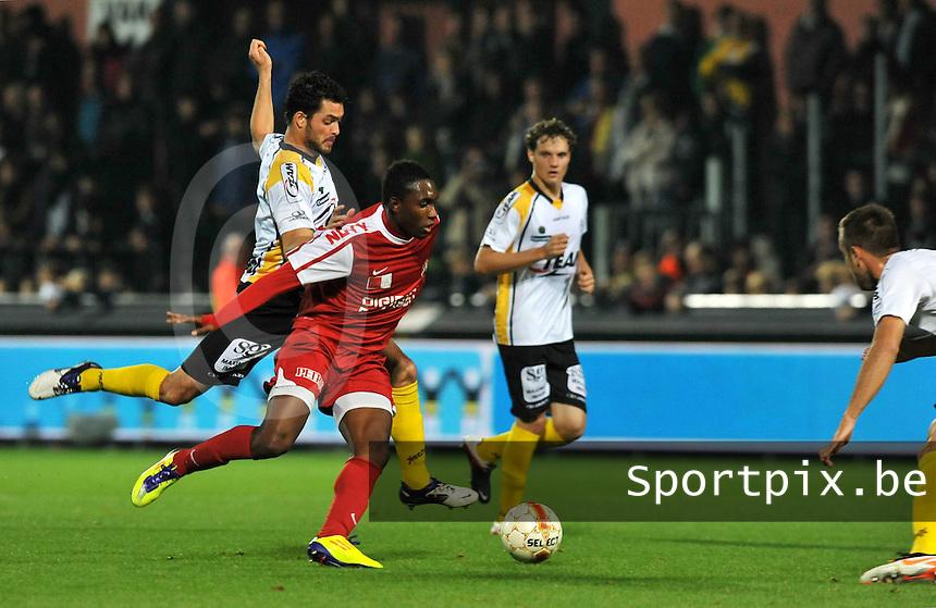 Sporting Lokeren - KV Kortrijk : Steeven Joseph Monrose op de huid gezeten door Koen Persoons (links).foto VDB / BART VANDENBROUCKE