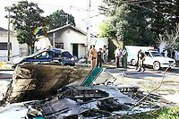 CURITIBA, PR, 30.08.2014 - QUEDA DO AVIÃO / CURITIBA -  Um avião doméstico caiu na rua Nicarágua no bairro do Bacacheri na tarde deste sabado proximo do aeroporto do Bacacheri, em curitiba. duas mortes são confirmadas pelo corpo de bombeiros. (Foto: Paulo Lisboa / Brazil Photo Press)