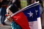 CH01. SANTIAGO (CHILE), 31/10/2019.- Cientos de manifestantes protestan este jueves durante la decimotercera jornada de protestas en contra del Gobierno y en demanda de mejoras sociales de corte transversal a lo largo de todo el país, frente al Palacio de La Moneda en Santiago (Chile). EFE/Alberto Valdes