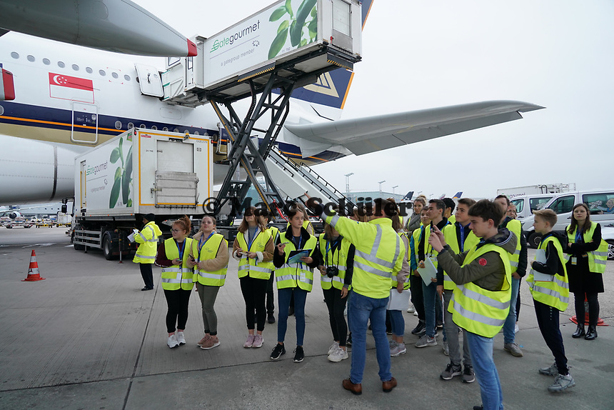 Schüler der Justin-Wagner Schule aus Rossdorf am A380 von Singapore Airlines auf dem Frankfurter Flughafen - Frankfurt 23.10.2019: Schüler machen Zeitung bei Singapore Airlines