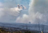 Fecha: 23-07-2015.-  Lugo.- Incendios de Verano.-   Debido a las continuas olas de calor y a la falta de precipitaciones, esta todo tan seco que arde con mucha facilidad, medios aéreos y terrestres combaten el fuego. Hoy en Lugo fueron varios los incendios que durante todo el día quemaron pinos, y pastos. En la imagen un incendio cerca del pueblo Castelo Grande, en Lugo. El fuego comenzó sobre las 10:30 de la mañana.  En la foto un hidroavión refresca la zona.