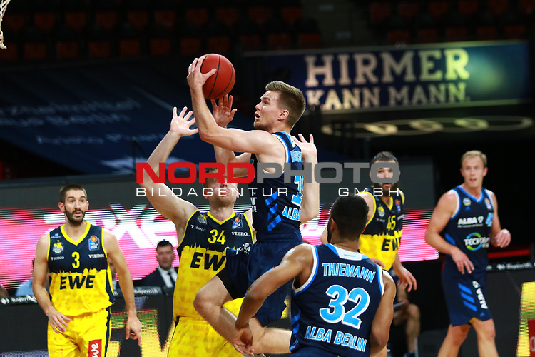 34 Ian Hummer EWE Baskets Oldenburg , 15 Martin Hermannsson Alba Berlin <br /> <br /> <br /> Basketball Finalturnier 2020, nph0001: Halbfinale Spiel 1  <br /> 22.06.2020<br /> <br /> FOTO: Mladen Lackovic / LakoPress /Pool / nordphoto<br /> <br /> Nur für journalistische Zwecke! Only for editorial use! <br /> No commercial usage!