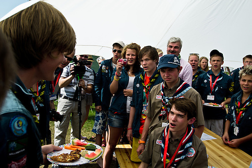 "Daniel Stenberg from Varberg is celebrating his 17th birthday at the jamboree. The ""Happy Birthday""-song is preformed by Håkan Juholt together with UK and Swedish scouts. Photo: Fredrik Sahlström/Scouterna"