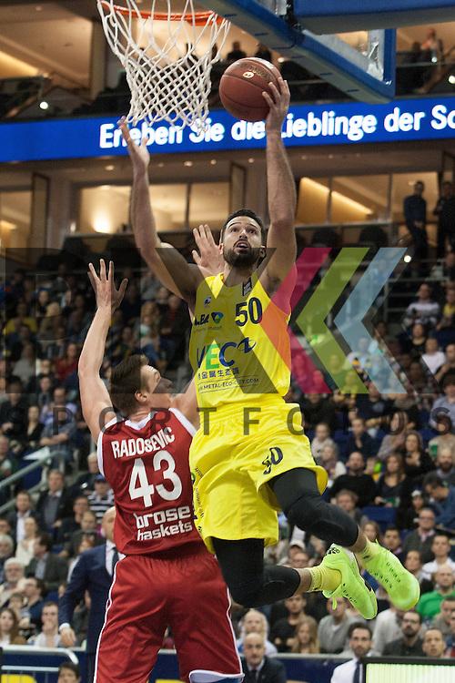 am Ball Berlins Mitchell Watt <br /> <br /> 12.12.15 BEKO BBL Basketball Bundesliga, ALBA Berlin - Brose Baskets Bamberg <br /> <br /> Foto &copy; PIX-Sportfotos *** Foto ist honorarpflichtig! *** Auf Anfrage in hoeherer Qualitaet/Aufloesung. Belegexemplar erbeten. Veroeffentlichung ausschliesslich fuer journalistisch-publizistische Zwecke. For editorial use only.