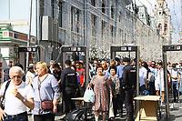 Sicherheitskontrolle zum Roten Platz in Moskau in der Nikolskaya Straße am Kaufhaus GUM - 20.06.2018: Sightseeing Moskau