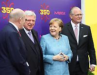 Bundeskanzlerin Angela Merkel (CDU) kommt an und wird vom Merck Vorstandstandsvorsitzenden Stefan Oschmann, Merck-Nachfahre Frank Stangenberg-Haverkamp und dem Hessischen Ministerpräsidenten Volker Bouffier (CDU) begrüßt - 03.05.2018: Festakt zu 350 Jahre Merck in Darmstadt mit Bundeskanzlerin Angela Merkel