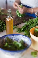 Afrique/Afrique du Nord/Maroc/Env d' Essaouira/Ounagha: Table d'Hôte du Domaine: Le Val d'Argan - L'huile d'argan du domaine accompagne la préparation des salades du potager bio