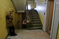 Moscow, Russia, 08/10/2006.&#xA;A mourner at the entrance to the apartment lift where Anna Politovskaya, Novaya Gazyeta journalist, was shot to death in an apparent contract killing believed to be connected with her work.<br />