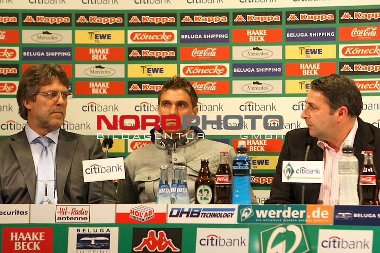 FBL 2007/2008 - Werder Bremen 29.04.2008 PK Klasnic<br /> <br /> Pressekonferenz nach dem Gespr&auml;ch von Ivan Klasnic (#17 CRO Werder Bremen), Matthias Teichner und Klaus-Peter Horndasch (Anw&auml;lte v.l.n.r) und Klaus Allofs (Gesch&auml;ftsf&uuml;hrer Profifu&szlig;ball Werder Bremen), Thomas Schaaf (Trainer / Coach Werder Bremen) und Manfred M&uuml;ller (Gesch&auml;ftsf&uuml;hrer Marketing und Management Werder Bremen).<br /> <br /> Im Bild Klaus-Peter Horndasch, Ivan Klasnic (#17 CRO Werder Bremen) und Klaus Allofs (Gesch&auml;ftsf&uuml;hrer Profifu&szlig;ball Werder Bremen).<br /> <br /> <br /> Foto &copy; nph (  nordphoto  )<br /> <br /> *** Local Caption ***
