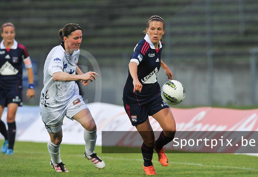 Football Club Feminin Juvisy Essonne - Olympique Lyon :.Lara Dickenmann aan de bal voor Amelie Coquet.foto DAVID CATRY / JOKE VUYLSTEKE / Vrouwenteam.be