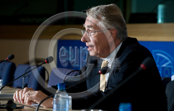 Brussels-Belgium - October 15, 2009 -- The Special Committee of the EP on Financial, Economic and Social Crisis (CRIS) elected German MEP Wolf KLINZ (ALDE/DE, FDP) as its chairman at its inaugural meeting; here, during a following press conference -- Photo: Horst Wagner / eup-images