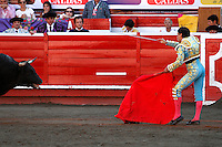 MANIZALES - COLOMBIA  - 07-01-2015: Manuel Libardo, torero colombiano realiza un pase durante una corrida de toros en la Plaza de toros de Manizales, departamento de Caldas, Colombia en el marco de la Feria de Manizales. Manuel Libardo, colombian bullfighter performs a pass  during a bullfight at the Manizales bullring, in Caldas department Colombia on in the framework of Fair of manizales.  PHOTO: VizzorImage / Santiago Osorio / Str