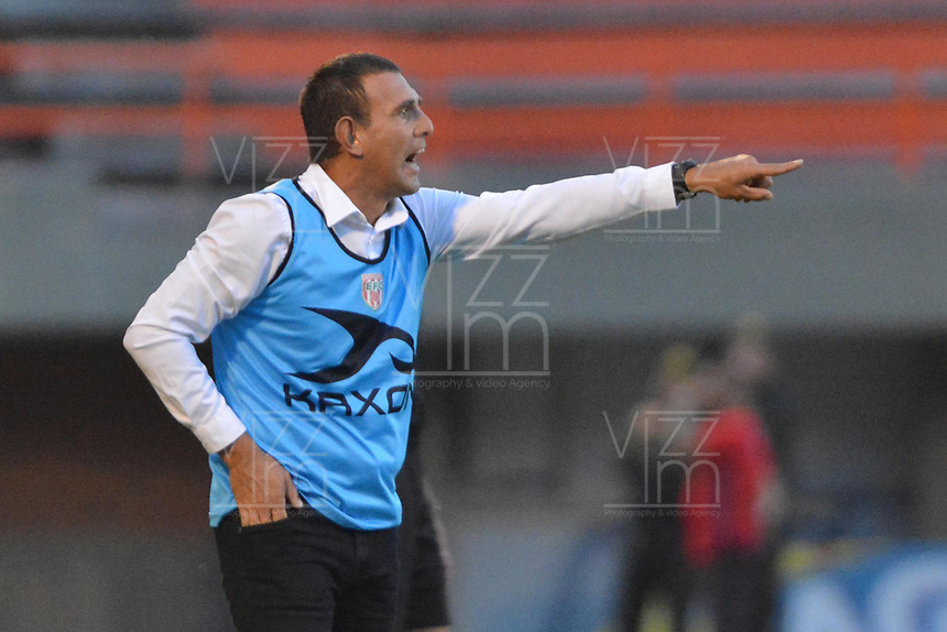 ENVIGADO -COLOMBIA, 01-09-2018: Juan Carlos Ramírez técnico de Envigado FC gesticula durante el encuentro con Deportes Tolima por la fecha 7 de la Liga Águila II 2018 realizado en el Polideportivo Sur de la ciudad de Envigado. / Juan Carlos Ramírez coach of Envigado FC gestures during match against Deportes Tolima for the date 7 of the Aguila League II 2018 played at Polideportivo Sur in Envigado city.  Photo: VizzorImage/ León Monsalve / Cont