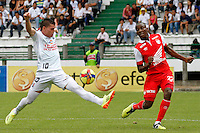 MANIZALES -COLOMBIA, 06-04-2014. Hernandez Gonzalez (Izq) de Once Caldas disputa el balón con Mozquera Chaverra (Der) de Independiente Santa Fe por la fecha 15 de la Liga Postobón I 2014 jugado en el estadio Palogrande de la ciudad de Manizales./ Once Caldas player Hernandez Gonzalez (L) fights for the ball with Independiente Santa Fe player Mozquera Chaverra (R) during match for the 15th date of the Postobon  League I 2014 at Palogrande stadium in Manizales city. Photo: VizzorImage/Santiago Osorio/STR